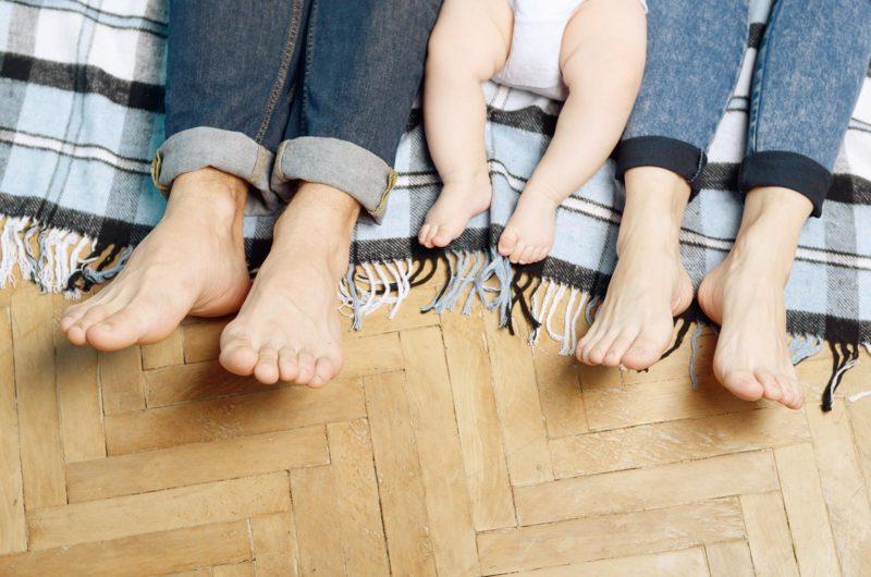 Οικογένεια με μωρό απολαμβάνει τη ζεστασιά του σπιτιού με παράλληλη εξοικονόμηση ενέργειας